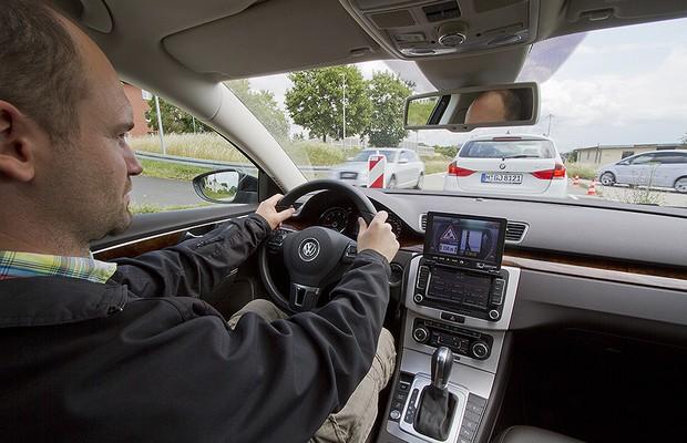Sistema de conectividade entre carros alerta motorista sobre obras na via (Foto: Divulgação/CAR 2 CAR Communication Consortium)