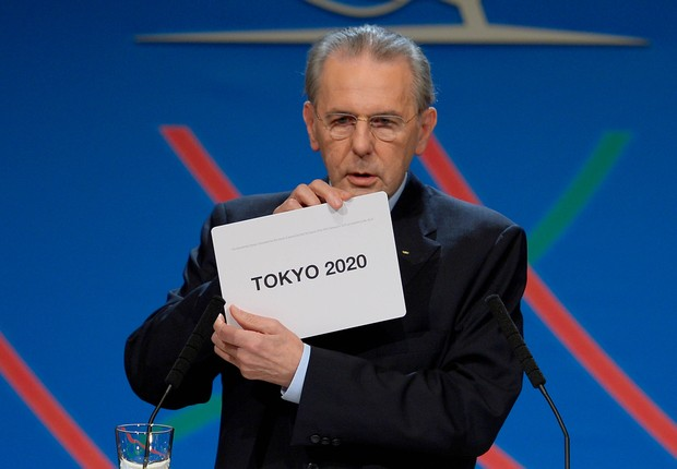 Presidente do Comitê Olímpico Internacional (COI), Jacques Rogge, anuncia o nome eleito para sediar a Olimpíada de 2020, em evento em Buenos Aires, na Argentina  (Foto: AP Photo/Fabrice Coffrini, Pool)