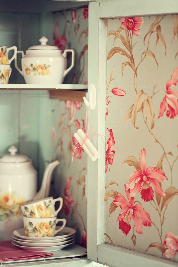 Giz de lousa usado para evitar mofo, pendurado dentro de armário de madeira pintada e papel de parede estampado de flores (Foto: Elisa Correia / Editora Globo)