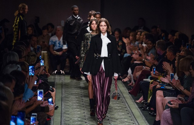 Burberry: fila final do desfile de verão 2017 (Foto: Getty Images)