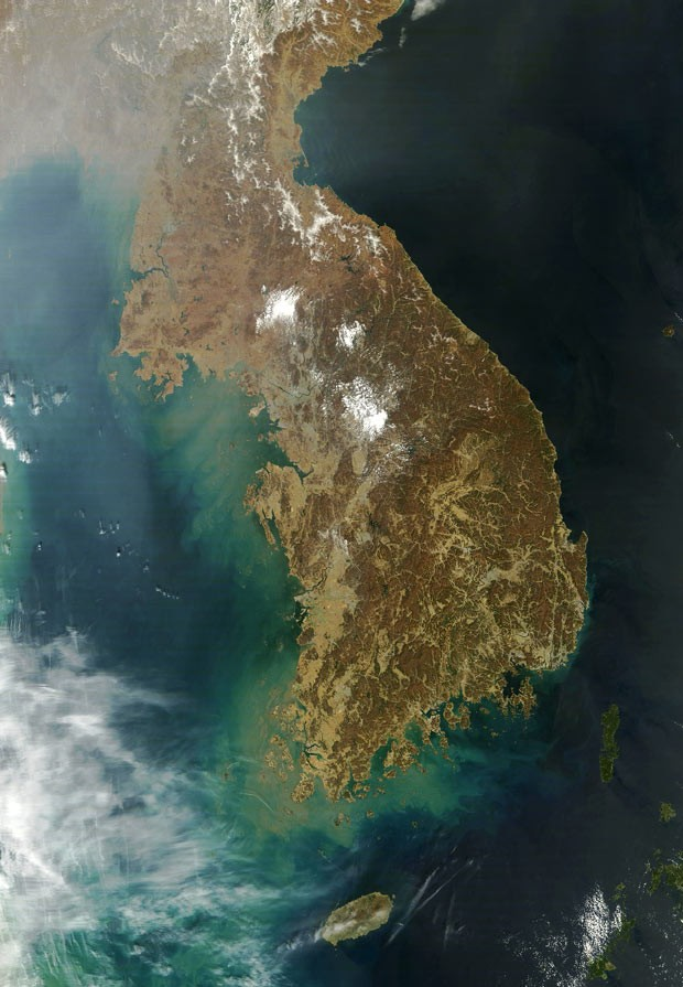 Imagem divulgada pela Nasa nesta quarta-feira (3) mostra a Península da Coreia, capturada pelo instrumento MODIS, a bordo do satélite Terra (Foto: AFP/Nasa)