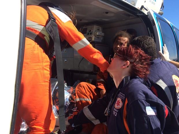 Momento de resgate de feridos, no Aeroporto de Vitória (Foto: Internauta/ G1)