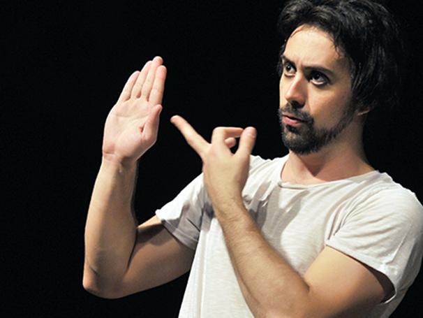 Em cena, o ator tem contato direto e indireto com o público. (Foto: Divulgação)