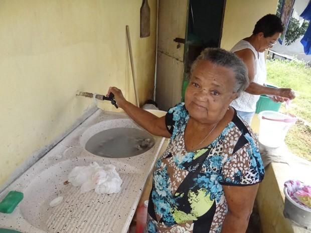 Torneiras estão secas, Maria da Luz usa o tanque como balde para lavar roupas das crianças. (Foto: Katherine Coutinho / G1)