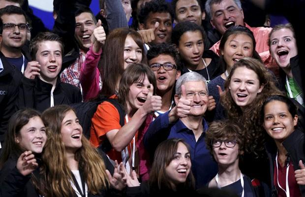 Tim Cook, presidente-executivo da Apple, ao lado de estudantes antes de conferência para desenvolvedores da empresa. (Foto: Robert Galbraith/Reuters)