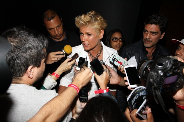 Xuxa durante entrevista nos bastidores do Criança Esperança e Junno ao lado (Foto: Gabriela Andrade e Thyago Andrade/Foto Rio News)