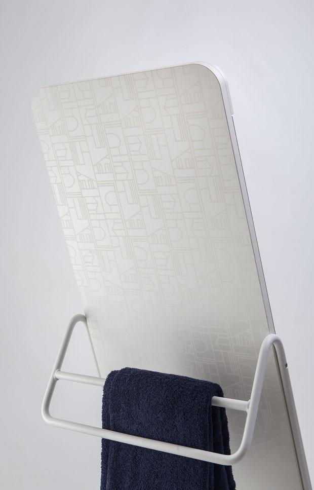 Espelhos e acessórios para um banheiro minimalista (Foto: Divulgação)