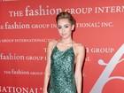 Miley Cyrus aposta em vestido decotado e arrasa em evento de moda