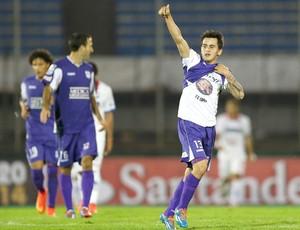 Adrian Luna comemora gol do Defensor contra o Nacional-PR (Foto: Agência Reuters)