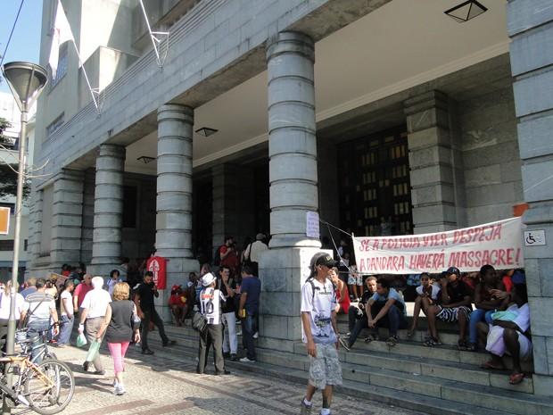 Integrantes de movimentos sociais e de ocupações urbanas estão na sede da Prefeitura de Belo Horizonte (Foto: Pedro Ângelo/G1)