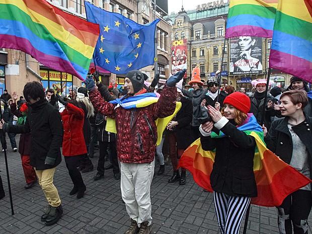 Bandeira gay é vista junto da bandeira da União Europeia em Kiev (Foto: Gleb Garanich/Reuters)