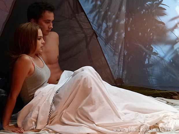 Ben e Anita assustados ao encontrarem a cobra dentro da barraca (Foto: Malhação / TV Globo)