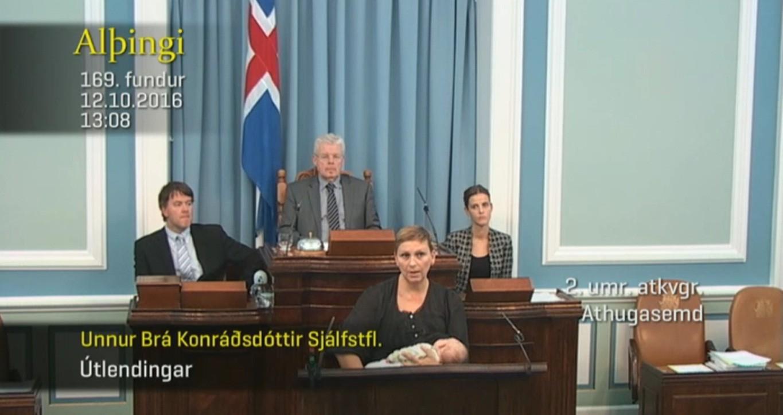 Unnur Bra Konradsdottir amamenta durante discurso (Foto: Reprodução)