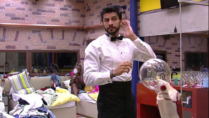 Renan, também de gravata borboleta, dá aquele 'tapa' no visual (Foto: TV Globo)
