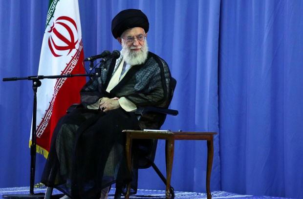 Ayitoá Ali Khamenei durante encontro com ex-prisioneiros da guerra entre Iraque e Irã (1980-1988) em Teerã nesta quarta (15) (Foto: AFP)