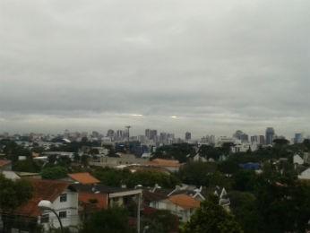 Curitiba amanheceu com tempo nublado na manhã desta segunda-feira  (Foto: Adriana Justi / G1)