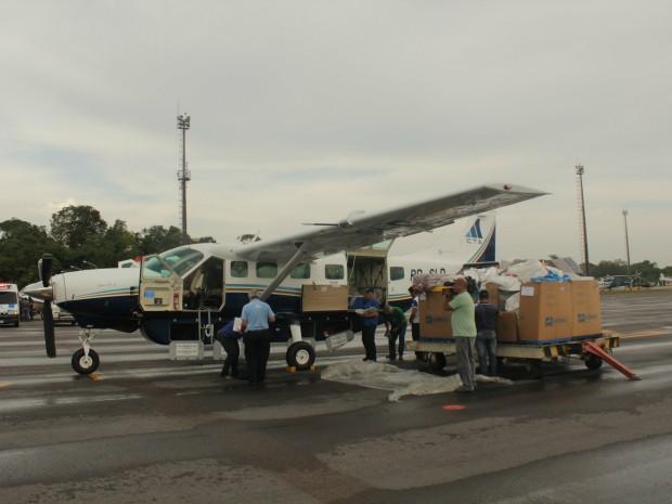 Equipes fiscalizam aeronaves para verificar irregularidades (Foto: Romulo de Sousa/G1 AM)