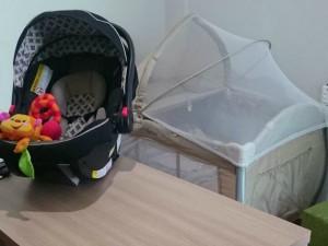 Personal montou berço na sala de reuniões para dar mais conforto à filha (Foto: Ingrid Pereira/ Arquivo Pessoal)