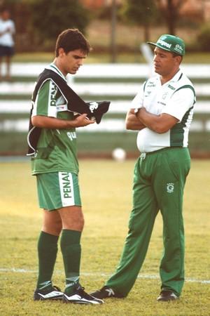 Fernandão conversa com Hélio dos Anjos, no Goiás, em 2000 (Foto: Arquivo/Lailson Duarte/O Popular)