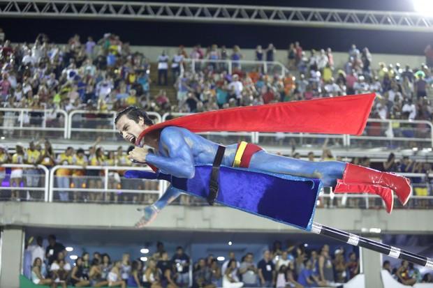 Paulo Dalagnoli voa pela Sapucaí com ajuda de maca (Foto: Marcos Serra Lima / EGO)
