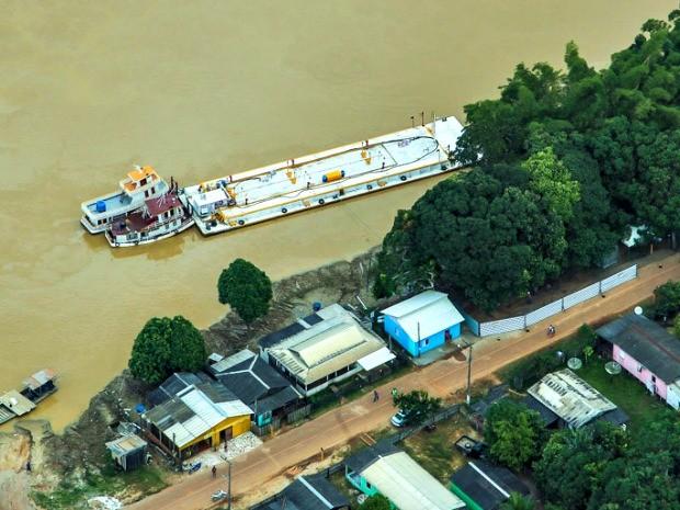 Outra balsa com combustível atracou em Porto Acre, distante 70 km de Rio Branco, nesta terça-feira (26) (Foto: Diego Gurgel/Secom)