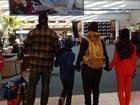 Carla Perez e família desembarcam em aeroporto: 'Neve, nos aguarde'