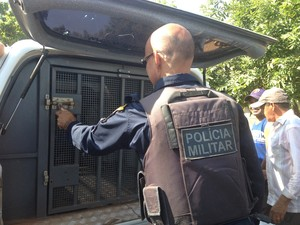 PM levou suspeito para a Central de Flagrantes de Porto Velho, RO (Foto: Mary Porfiro/G1)