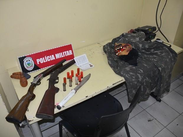 Armas, farda e máscara foram apreendidas com a dupla pela polícia (Foto: Walter Paparazzo/G1)