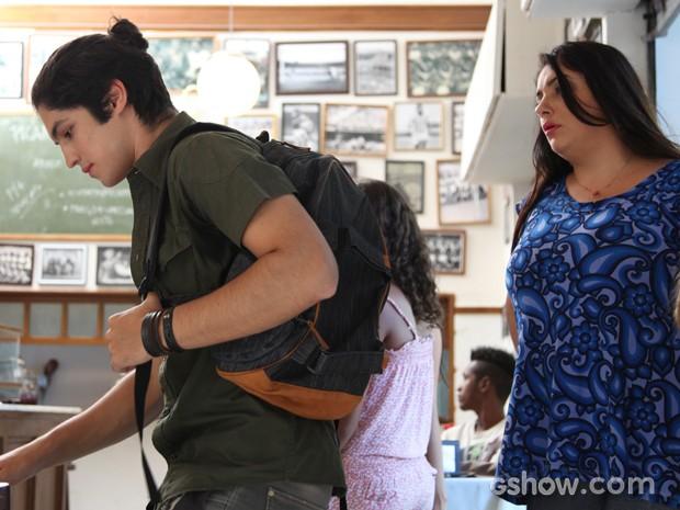 Antônio termina de mexer na bolsa de Soraia e ela surge atrás (Foto: Carol Caminha / TV Globo)
