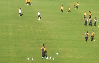 Sem quatro titulares, Vitória aprimora finalização em treino no Barradão