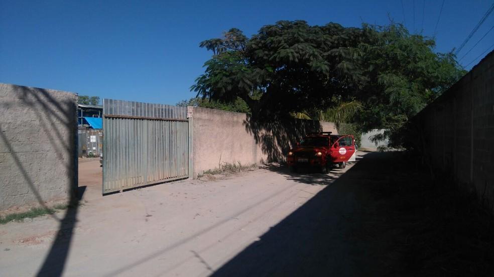 Entrada da fábrica de gelo de onde vazou amônia (Foto: Corpo de Bombeiros/Divulgação)