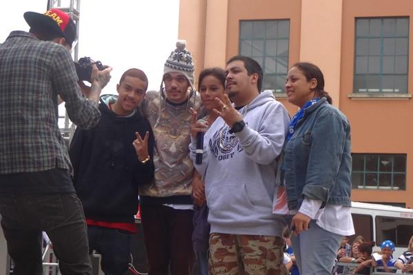 Fã consegue conhecer a banda depois da mãe se apresentar no palco (Foto: Luiza Carneiro/ RBS TV)