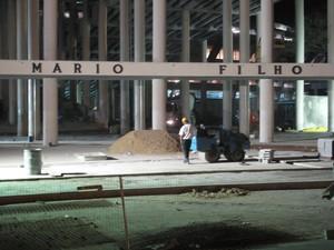 Operários ainda trabalham no entorno do Maracanã (Foto: Marcelo Elizardo/ G1)