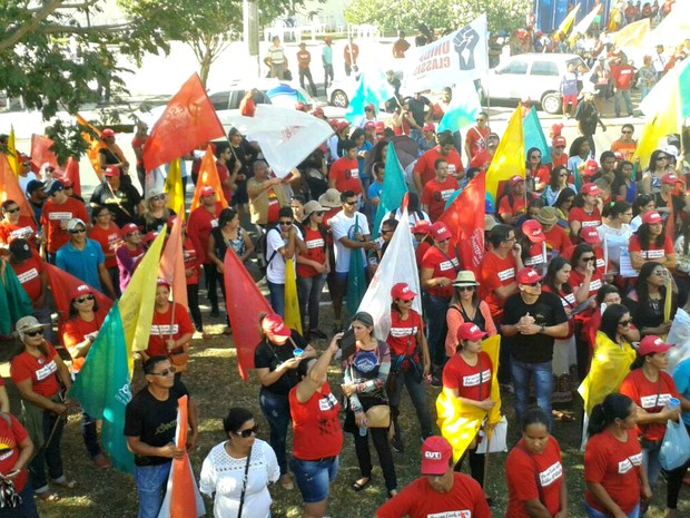 Servidores carregaram cartazes e bandeira durante protesto (Foto: Gesseca Ronfim/TVCA)