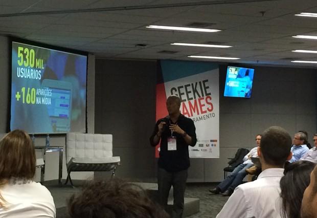 Claudio Sassaki, cofundador e CEO da Geekie, anuncia os resultados da empresa em evento nesta quinta (11) (Foto: Cauê Fabiano/G1)
