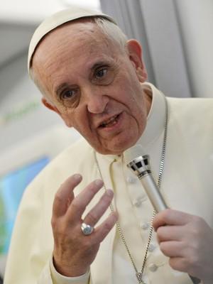 Papa Francisco conversa com jornalistas no voo que o levou do Rio de Janeiro à Roma  (Foto: AP Photo/Luca Zennaro, Pool)
