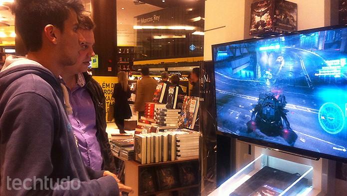 Fãs testam Batman Arkham Knight no lançamento do game (Foto: Monique Alves/TechTudo)