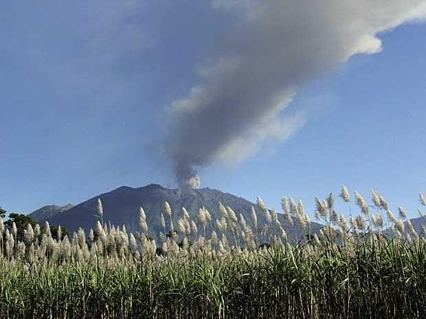 Vulcão 'Raung' emitiu muita fumaça na quinta-feira (9) (Foto: Budi Candra Setya / Antara Foto / via Reuters)