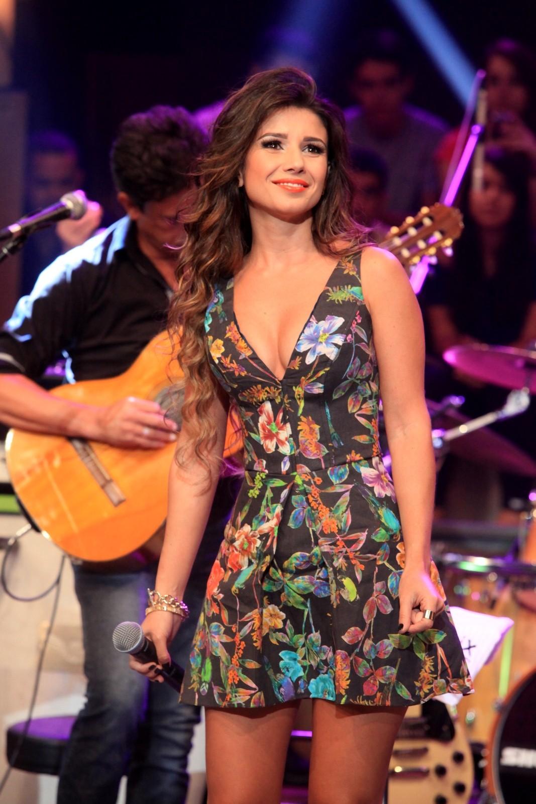e4d149761 Paula Fernandes participa do 'Altas Horas' com look decotado - Quem ...