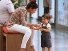 Juliana Paes passeia com o filho e menino dá show de fofura