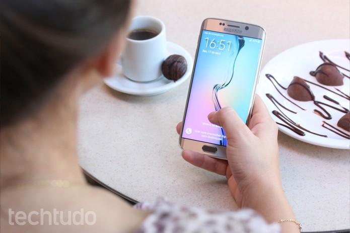 O Galaxy S6 Edge é o top de tela curva da Samsung (Foto: Lucas Mendes/TechTudo)