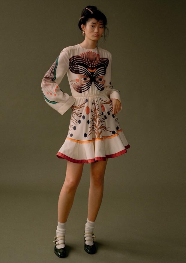 Vestido, Chloé. Presilhas e brincos, Erickson Beamon; sapatos, Carel (Foto: Zee Nunes)