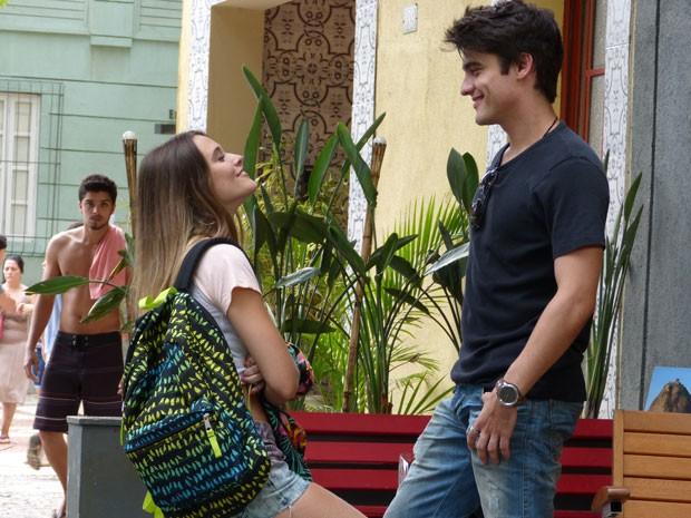 Bruno vê Fatinha e Vitor conversando na porta do hostel e entende tudo errado (Foto: Malhação / Tv Globo)