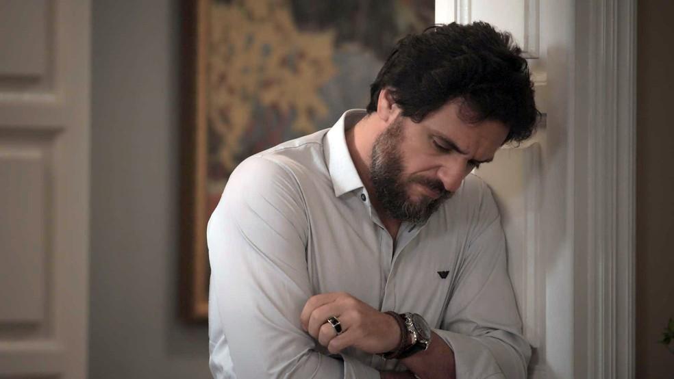Ele se levanta e decide ir embora (Foto: TV Globo)