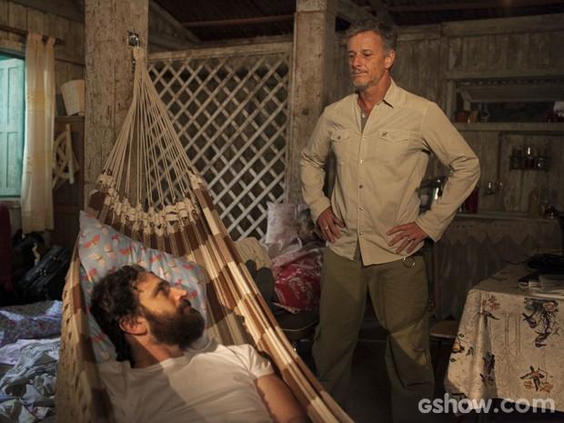 André se assusta ao ver Kléber dentro da casa de Celina (Foto: Inácio Moraes/TV Globo)