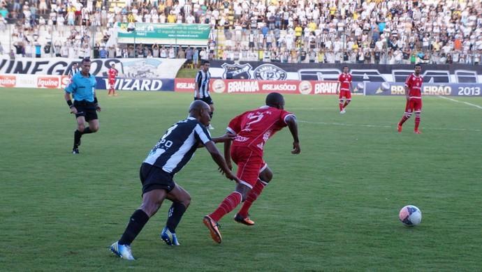 Fabinho ganha jogada do zagueiro Flávio Boaventura no jogo ABC x América-RN (Foto: Augusto Gomes)