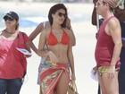 Paloma Bernardi exibe boa forma de biquíni em gravação em praia do Rio