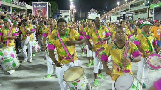 Mangueira fecha a temporada de ensaios técnicos no Sambódromo do Rio