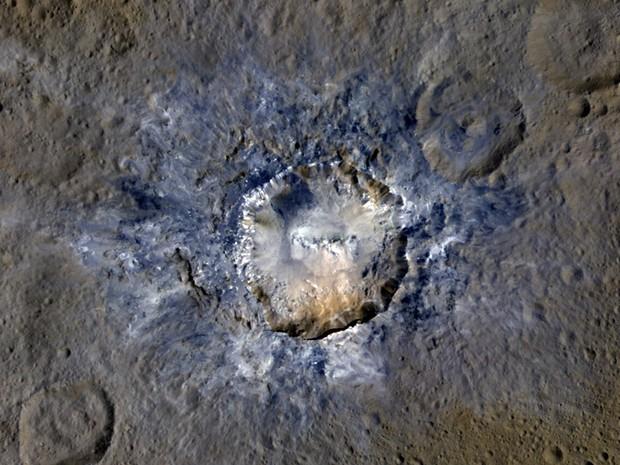 Cratera Haulani, do planeta-anão Ceres, compõe um dos pontos luminosos que intrigaram cientistas no ano passado; imagem detalhada de cratera foi civulgada nesta terça-feira (19)  (Foto: NASA/JPL-Caltech/UCLA/MPS/DLR/IDA)