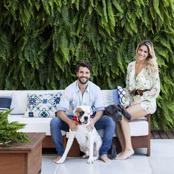 Bruno Gagliasso e Giovanna Ewbank posam em sua casa no bairro do  Itanhangá, no Rio  (Foto: Casa Vogue)
